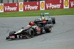 Romain Grosjean (Lotus) vor Nico Rosberg (Mercedes)