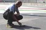 Ein Pirelli-Techniker misst die Streckentemperatur