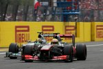 Sergio Perez (McLaren) und Lewis Hamilton (Mercedes)