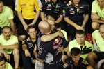 Sebastian Vettel (Red Bull) und Adrian Newey feiern