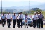 Die FIA-Delegation rund um Rennleiter Charlie Whiting geht die Strecke ab