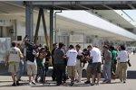 Lewis Hamilton (Mercedes) umzingelt von Fotografen und Fans