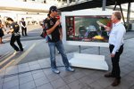 Mark Webber (Red Bull) analysiert seine Pole-Runde mit Johnny Herbert