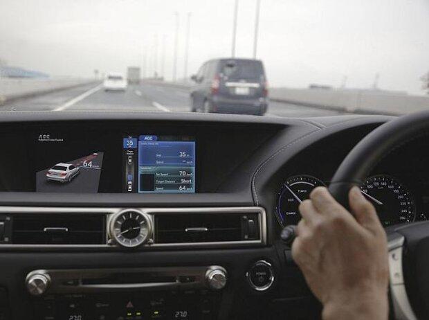 Toyota stellt Abstandsregelung und Fahrspursteuerung vor