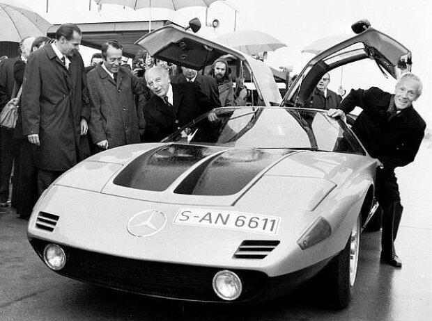 Bundespräsident Walter Scheel besuchte am 30. Oktober 1974 die Daimler-Benz AG in Stuttgart-Untertürkheim. Vorstandsmitglied Prof. Dr. Hans Scherenberg (rechts) fuhr mit ihm im Mercedes-Benz C 111/II eine Versuchsrunde auf dem Testgelände
