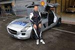 Bernd Mayländer vor dem Safety-Car, einem Mercedes-Benz SLS AMG