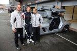 Bernd Mayländer und die zwei zuständigen AMG-Mechaniker vor dem Safety-Car, einem Mercedes-Benz SLS AMG