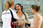 Jenson Buttons Verlobte Jessica Michibata mit Reporterinnen
