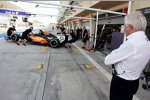 Charlie Whiting beobachtet Sergio Perez (Force India)