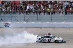 Brad Keselowski (Penske) feiert seinen Sieg mit einem kräftigen Burnout