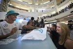 Lewis Hamilton (Mercedes) nimmt sich Zeit für ein paar Autogramme