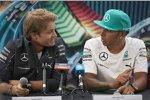Nico Rosberg und Lewis Hamilton (Mercedes) beantworten geduldig die Fragen der Gäste