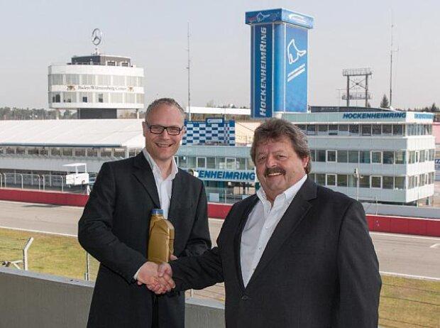 Martin Huning von RAVENOL (l.) und Georg Seiler vom Hockenheimring (r.)