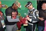 NASCAR-Champion Jimmie Johnson holt sich ein Autogramm von Robert Griffin III, Quterback der Washington Redskins