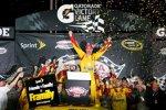 Joey Logano (Penske) jubelt über seinen ersten Short-Track-Sieg