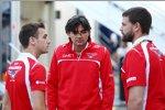 Jules Bianchi (Marussia) mit seinen Renningenieuren Francesco Nenci und Paul Davison