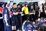 Adrian Newey starrt auf das Auto von Sebastian Vettel, das Sorgen bereitet