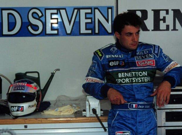 Jean Alesi ist betrübt nach seinem Ausfall 1996