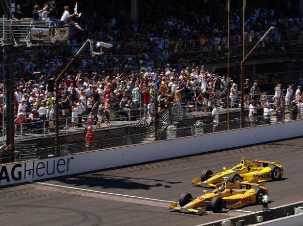 Zieleinlauf beim Indy 500 2014: Ryan Hunter-Reay siegt vor Helio Castroneves