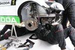 Die Skoda-Mechaniker tauschen das Getriebe