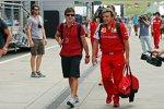 Fernando Alonso (Ferrari) mit seinem Physio Fabrizio Borra