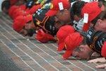 """Nationwide-Sieger Ty Dillon und die Childress-Crew beim Küssen des """"Yard of Bricks"""""""