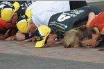 Kissing the bricks: Jeff Gordon (Hendrick) mit Familie und Rick Hendrick