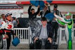 Greg Biffle, Danica Patrick, Jamie McMurray, Jimmie Johnson und Dale Earnhardt Jun. unterstützen NASCAR-Präsident Mike Helton bei der Ice-Bucket-Challenge