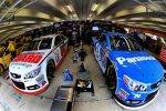Die Hendrick-Chevys von Dale Earnhardt Jun. und Jeff Gordon in der Box