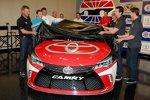Die Toyota-Piloten präsentieren den neuen Camry für die Sprint-Cup-Saison 2015