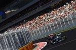 Lewis Hamilton (Mercedes) und Daniil Kwjat (Toro Rosso)