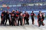 Riesenjubel bei der Penske-Crew von Brad Keselowski nach dessen Sieg