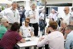 Jenson Button (McLaren) spricht mit den Medien