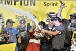Riesenjubel bei Champion Kevin Harvick und der Stewart/Haas-Crew