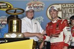 Kevin Harvick (Stewart/Haas) mit der Siegertrophäe des Ford EcoBoost 400