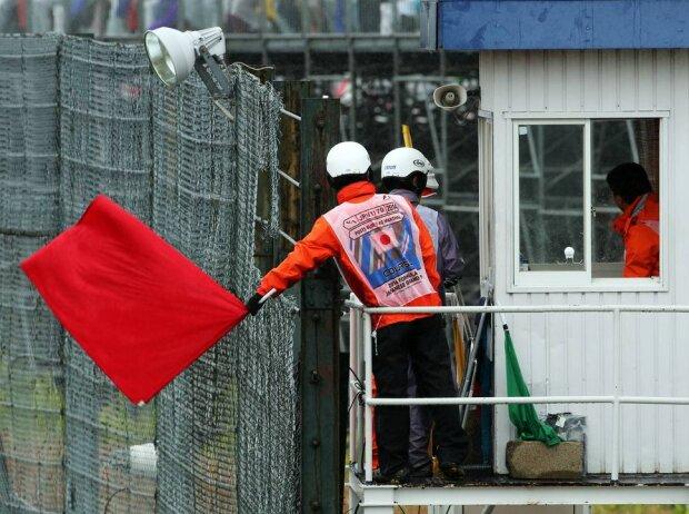 Streckenposten zeigen in Suzuka die rote Flagge