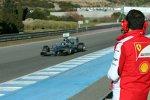 Nico Rosberg (Mercedes) wird von einem Ferrari-Ingenieur beobachtet