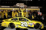 Premiere: Matt Kenseth (Gibbs) in der Victory Lane des Sprint Unlimited