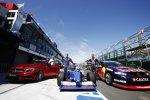 Ein Mercedes, ein Formelauto und ein V8-Supercar in der Boxengasse
