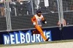 Schnelle Einsatzkraft: Ein Teil von Sergio Perez' Force India wird von der Piste geräumt