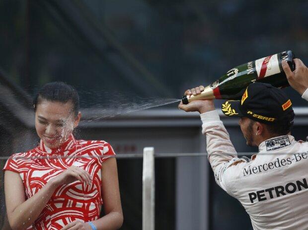 Lewis Hamilton spritzt beim China Grand Prix 2015 Champagner auf ein Grid Girl