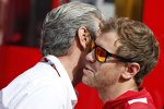 Maurizio Arrivabene und Sebastian Vettel (Ferrari)