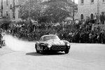 John Cooper Fitch und Kurt Gesell (Startnummer 417) im Mercedes-Benz Tourensportwagen Typ 300 SL (W 198) gewannen 1955 die Serien-Sportwagenklasse der Mille Miglia