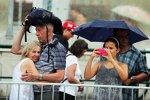 Fans trotzen dem Regen