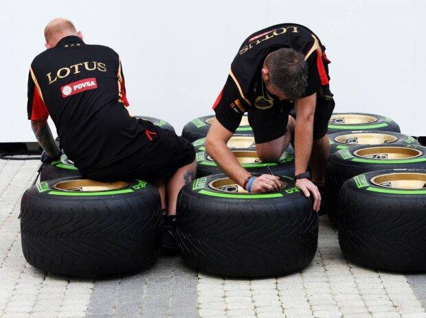 Lotus-Mechaniker mit Pirelli-Reifen