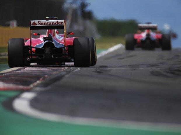 Kimi Räikkönen hinter Sebastian Vettel