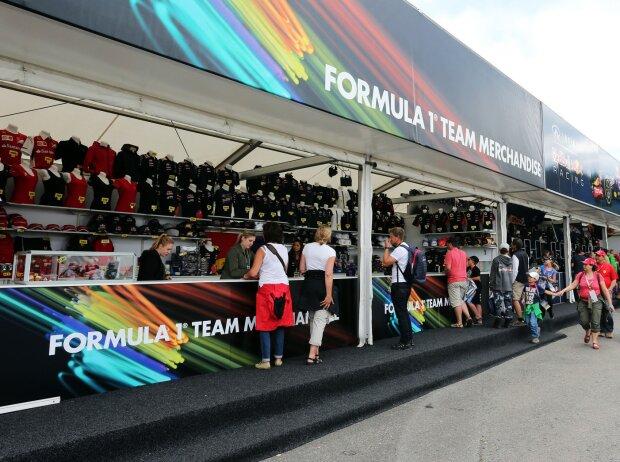 Formel-1-Fans beim Merchandising
