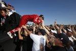 IndyCar-Champion Scott Dixon (Ganassi) beim Crowdsurfing
