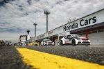 Die WTCC-Fahrzeuge in der Boxengasse des Twin Ring Motegi