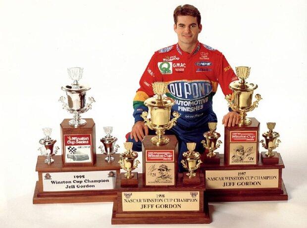 Jeff Gordon mit den Winston-Cup-Trophäen von 1995, 1997 und 1998